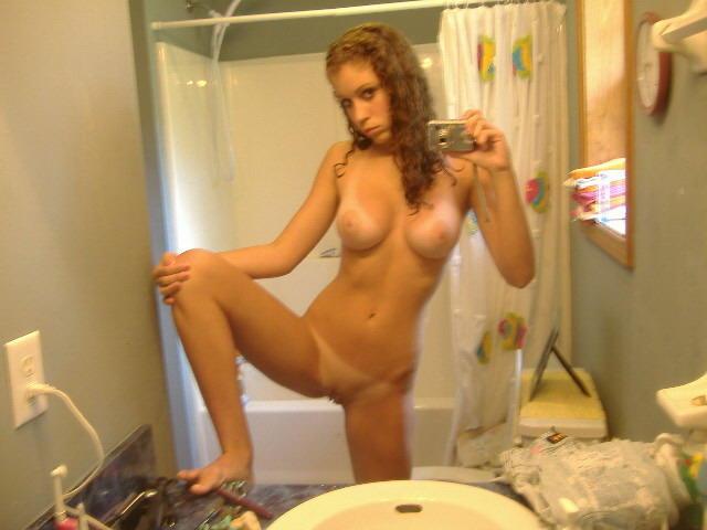 перед зеркалом мужик фотографируется голый